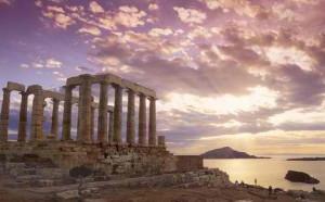 Templo de Poseidón en Cabo Sounion (Grecia), ca. 449 a.C., desde el que se contemplan bellas puestas de sol. En una de sus columnas, figura la firma de Lord Byron.