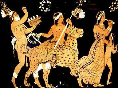 8)Dioniso a lomos de un leopardo portando una guirnalda de flores en la mano derecha y una máscara de teatro colgada en el tirso que sujeta con su mano izquierda. Le sigue Sileno, con una cesta de flores en su mano izquierda, las cuales lanza al aire con la derecha, y una máscara de teatro colgada igualmente en su tirso apoyado en su hombro izquierdo. Le precede una ménade tocando el aulós o flauta griega de doble caña acompañada por un niño, posiblemente un iniciando en los ritos dionisíacos. Cerámica ática de figuras rojas, s. IV a. C.