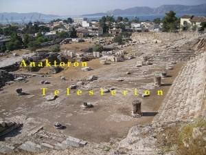 Telesterion. Era el más importante de los edificios sagrados de Eleusis, el cual, en su momento de mayor extensión, tenía unas dimensiones de 44 X 42 m. En cada uno de sus cuatro lados, había ocho filas de gradas talladas en la roca o hechas con piedra caliza y podía albergar 3000 personas. En su interior se encontraba el Anaktoron, primer templo del periodo micénico, custodiado y habitado por las Sacerdotisas de las Dos Diosas. en el que se guardaban los Hiera y al que tenía acceso .únicamente el Gran sacerdote (Hierofante)