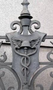 Detalle de la reja del Banco de España de Madrid con el caduceo de Hermes, protector del comercio.