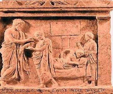 Bajorrelieve en el que aparece en primer plano un personaje entregando a un sacerdote del santuario un exvoto que reproduce la parte de su cuerpo sanada; al fondo, esa misma persona en la incubatio. Museo Arqueológico Nacional de Atenas.