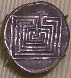 Moneda de plata de Cnossos (400 a.C.) en la que se representa el Laberinto. Museo Arqueológico de Heraclion