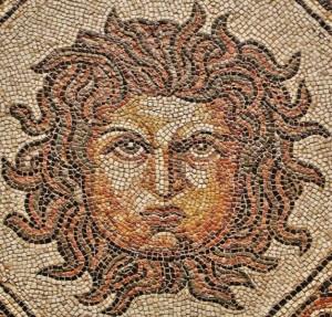 Cabeza de Medusa. Detalle de un mosaico romano, s. lV d. C., hallado en Palencia. Museo Arqueológico Nacional (Madrid)