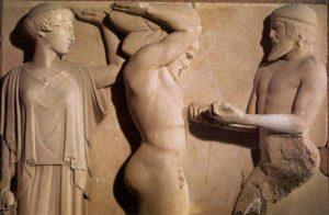 Heracles sostiene la bóveda celeste en presencia de Atenea y Atlas muestra las manzanas robadas del Jardín de las Hespérides. Metopa del s. V a.C del Templo de Zeus en Olimpia